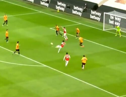 Bukayo Saka trafia zwoleja iwyprowadza Arsenal naprowadzenie!